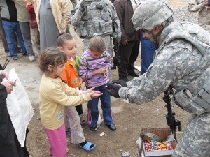 us soldier gives candy to kids